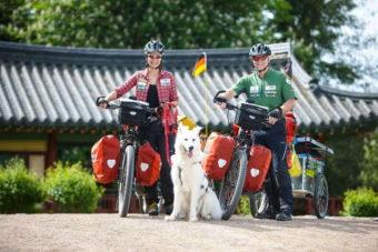 Tanja Katzer, Denis Katzer und Hund Ajaci während einer Testfahrt kurz vor Aufbruch zur großen E-Bike-Expedition